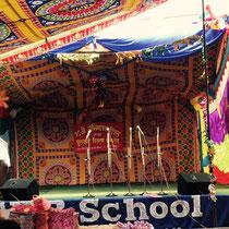Auf dem Schulhof wurde eine festlich dekorierte Bühne aufgebaut.