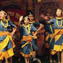 Vorne in der Mitte: Pratima. Sie ist sehr klein und zierlich, aber eine hervorragende Tänzerin, die sehr selbstbewusst alle Schritte beherrscht.