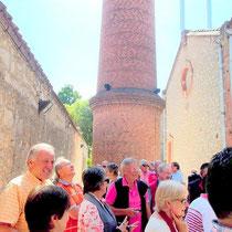 Besucher vor dem Schornstein der Fabrik (unsere Gruppe)
