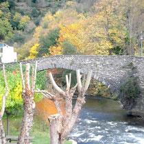 Die alte Steinbrücke über der Aude