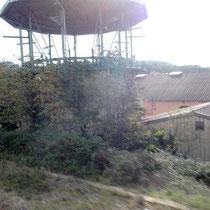 Überdachte Weinbehälter in der großen Cooperative in Estagel