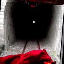 Es geht in einen Tunnel hinein...