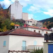 Die Kirche überragt das Dorf