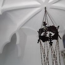 Decke und Krone über der Lampe