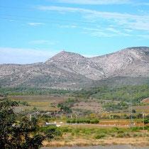 Corbières-Berge, auf der Anhöhe in der Mitte der Burgturm über Tautavel (auf der anderen Seite des Berges)