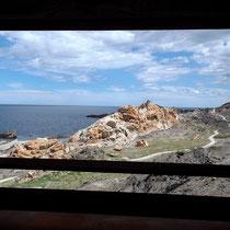 """Blick durch ein Fenster des Miradors. Vor uns der Felsen mit dem """"Adler"""""""