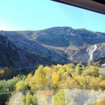 Blick auf die andere Seite, wo sich Vorberge der Pyrenäen erheben