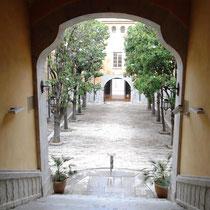 Blick von Treppe auf Magnolienhof