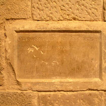 Gedenkplatte Alfons II, hinter der sein Herz ruht, im Kloster Vilabertran