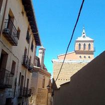 Blick in eine Gasse zur Kirche San Pedro