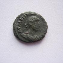 petit bronze Siscia 2.01g, A/ DN VALENTINIANUS IUN P F AUG