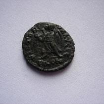 R/ VICTOR-IA AUGGG (pour Théodose, Arcadius et Valentinianus II) / P CON   TTB