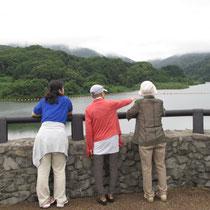 柿崎川ダムの景色に心が落ち着くスタッフとメンバーの皆さん