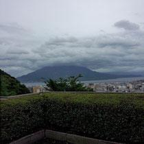 桜島と鹿児島の市街地