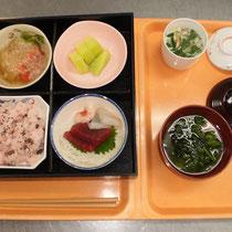 お昼の献立(赤飯、お刺身、冬瓜そぼろあんかけ、茶碗蒸し、すまし汁、メロン)