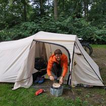 Beim kochen im Zelt