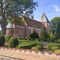Kirche in einem Dörfchen in Dänemark