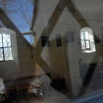 Foto durch Scheibe vom inneren der Kapelle
