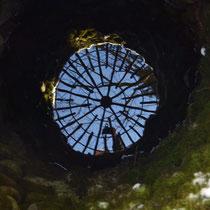 Der fünfte Brunnen einmal von innen betrachtet durch Spiegelung des Wassers.