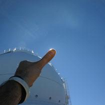 Tapando el Sol con el dedo, se aprecia la trans parencia del cielo del Roque de los Muchahchos