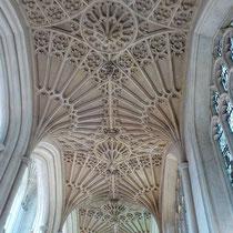 """Fächergewölbe in der  Abbey Church of Saint Peter and Saint Paul, typisch für den Perpendicular Style, (eng. für """"senkrechter Stil"""") ist ein für England typischer Stil der Spätgotik."""