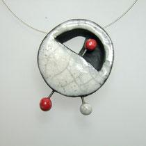 voir le collier contemporain blanc et rouge en ceramique raku