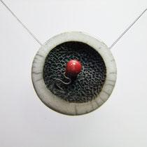 présentation bijou de création artisanale en céramique raku