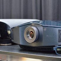 Rechts im Bild der neue Sony HW55ES mit Funkbrille (XPAND 103)