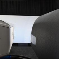 Die Vorführungen werden auf einer maskierbaren Cinemascope-Leinwand vorgenommen