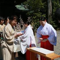 埼玉ブランド繭で作られた、紅花染めの特別のお守りが参列者にお分かちされました。