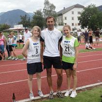 Julia und Katrin mit dem stolzen Bezirkstrainer Klaus Hölzl