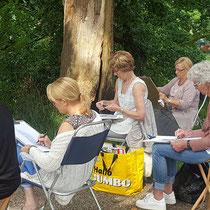 Buiten tekenen met cursisten bij kasteel in 's-Heerenberg