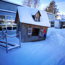 ...über ein schneebemütztes Häuschen.