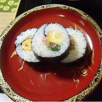 お母様の思い出の「巻き寿司」です。お客様と和気あいあいで作り、楽しかったです。