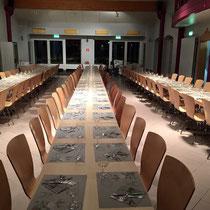 die Tische sind für 160 Leute präpariert