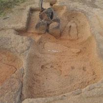 Fig. 7/ Baignoires d'extraction de pierres-lyres et stigmates d'extraction (vue du sud-ouest)