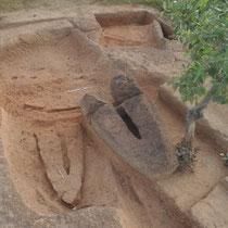 Fig. 6/ Baignoires d'extraction de pierres-lyres avec bloc fracturé en place (vue du sud-ouest)