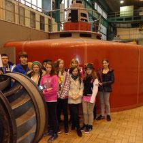 Wir betrachten ein Turbinenlaufrad vor einem rot umhüllten Generator