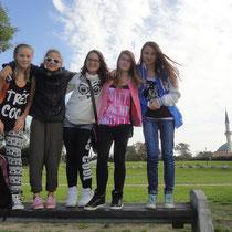 Im Donaupark vor dem islamischen Zentrum