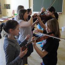 Musikschulschülerinnen zeigen wie es geht