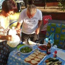 Vorbereitung für das letzte gemeinsame Grillfest in diesem Urlaub