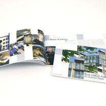 """<h1>Ausstellungskatalog</h1><p>2010 wurden mit der Konzeption und Umsetzung der Ausstellung """"SolarGlasKunst"""" von der Universitätsstadt Marburg beauftragt. Teil des Auftrags war eine umfangreiche Beschriftung im Glasgang des Oberstadtaufzugs.</p>"""