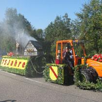 """Blumenwagen """"Heiliger Florian"""" mit brennendem Haus"""