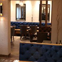 Lederstühle und -bänke im hinteren rechten Teil des Restaurants