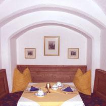 Frühstücken in mittelalterlichen Gewölben.
