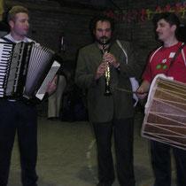 Con los folcloristas de Macedonia Igor y  Sashko Anastasov en Navarra. Enero de 2004.