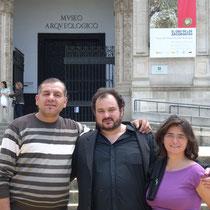 Con Iulian Cobzaru y Mónica Izquierdo antes de uno de los conciertos didácticos en el Museo Arqueológico de Sevilla