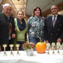 Die Ausstellungsleitungen Frau Schulz und Frau Anders mit Richtern Pöllinger und Watschinger