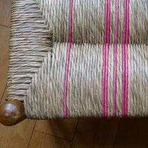 Paillage mixte, quelques cordons de seigle rose sur un fond brut en paille des marais.