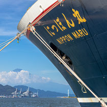 にっぽん丸と清水港と夏の富士山